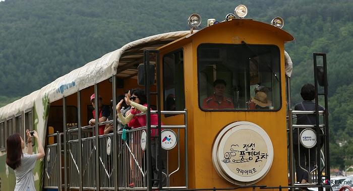 정선풍경열차를 타며 즐거운 시간을 보내고 있는 관광객들.