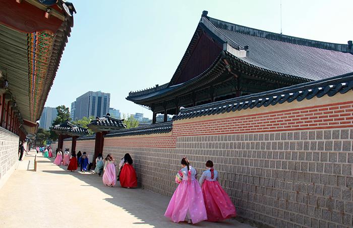 景福宫的丹青与韩服的颜色形成完美地搭配,将古宫点缀得五彩缤纷。