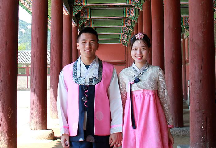 来自香港的一对情侣Tim和 Cynthia表示,平时在Instagram看到很多漂亮的韩服照片,所以这次旅行中特地来体验了一下。
