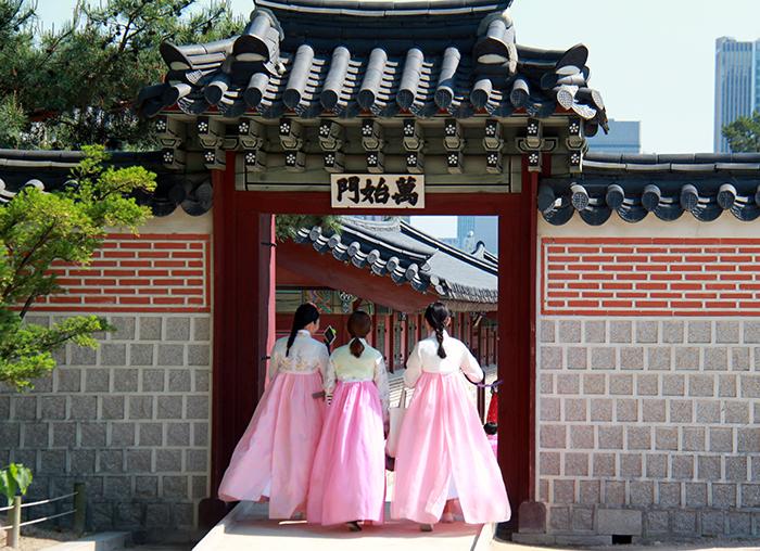 穿韩服的游客们在逛景福宫。