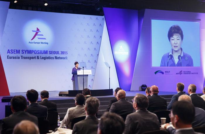 박근혜 대통령은 10일 유라시아 교통물류 국제심포지엄에서 유라시아를 하나의 대륙으로 만들기 위한 상호협력을 강조했다.