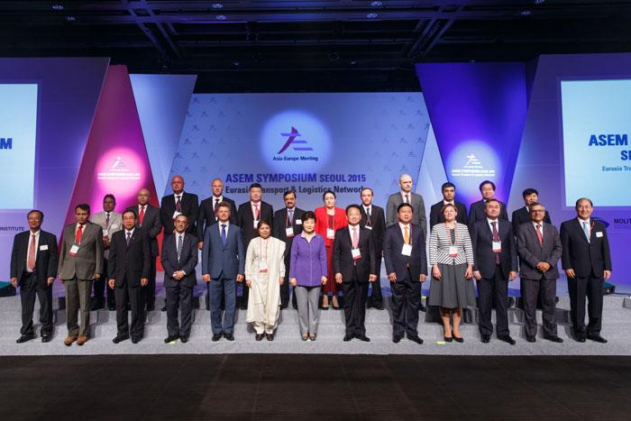 박근혜 대통령이(앞줄 가운데) 10일 서울에서 열린 유라시아 교통물류 국제심포지엄 참석자들과 기념촬영하고 있다.