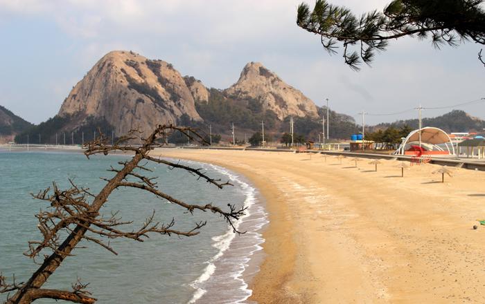 2개의 바위산으로 이루어진 '망주봉' 옆으로 고운 모래사장이 하트모양으로 이어진 '명사십리 해수욕장'