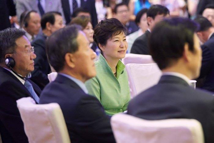 박근혜 대통령이 4일 상하이에서 열린 한·중 비즈니스포럼에 참석해 이야기를 듣고 있다.